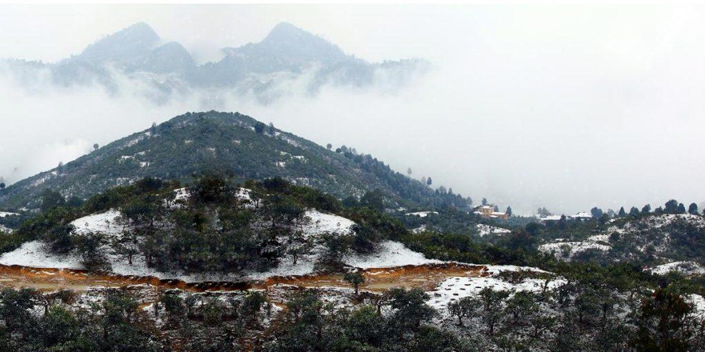 Tuyết trắng phủ trên đồi, biến nơi đây thành một khung cảnh tuyệt đẹp để sống ảo